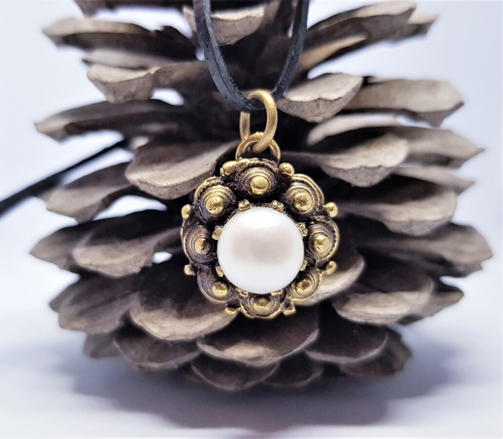 Bronzas kulons ar dabīgu pērli