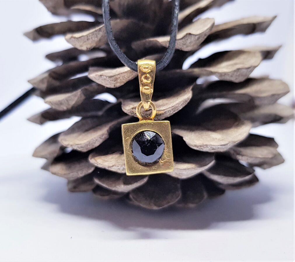 Atturīgs bronzas kulons ar kristālu