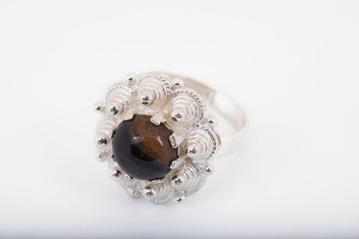 Sudraba gredzens ar kaķacs akmeni