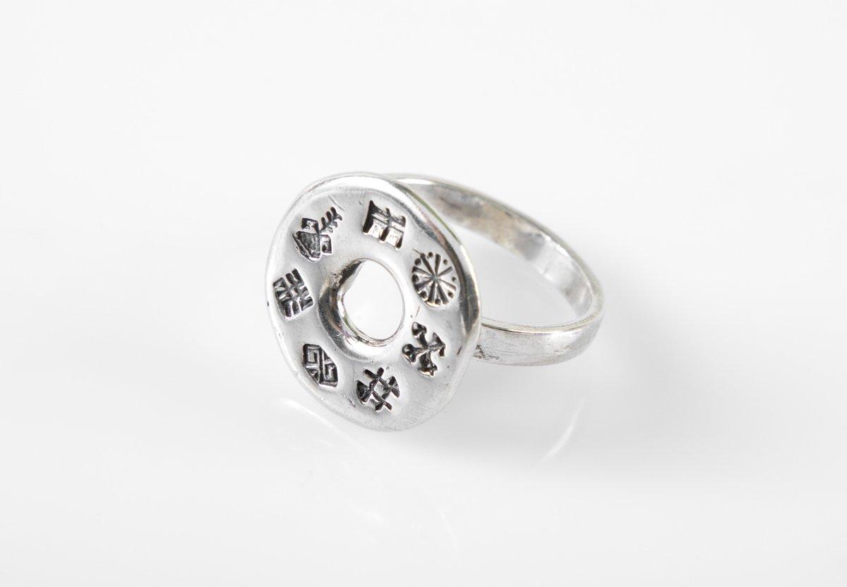 Sudraba gredzens ar aizsardzības zīmēm