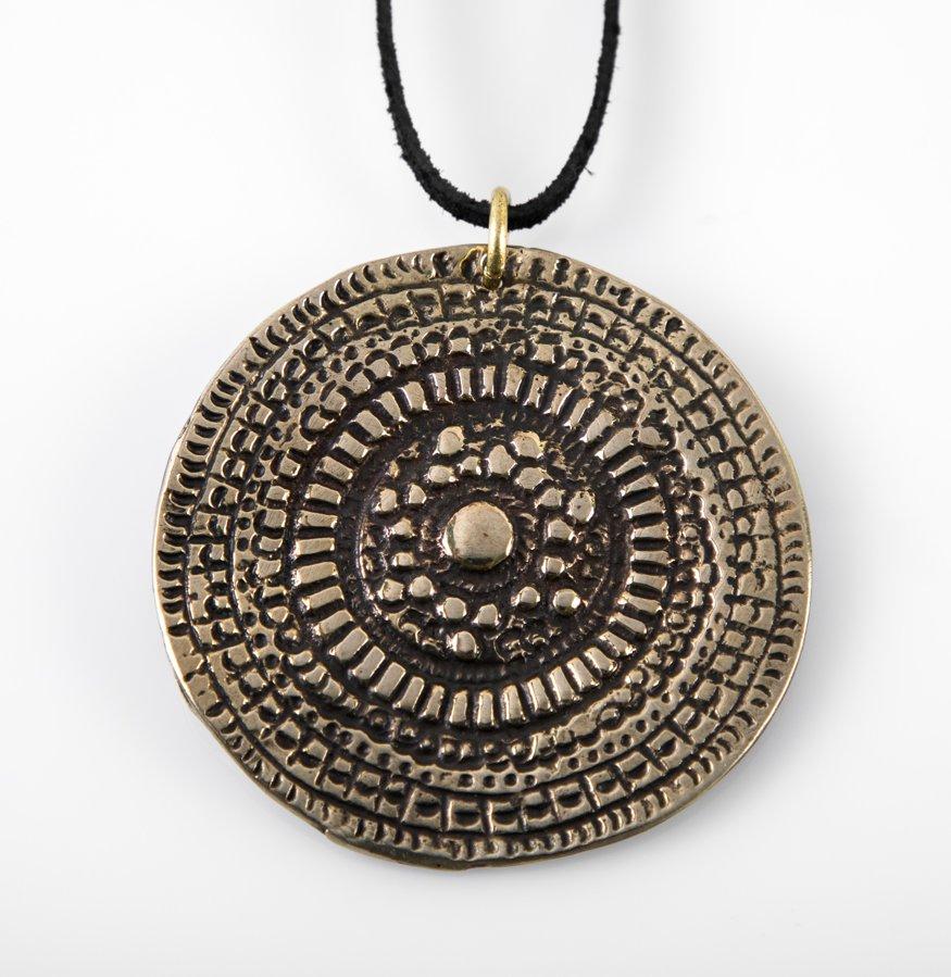 Bronzas kulons ar Saules simbolu (liels)