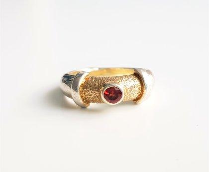Apzeltīts sudraba gredzens ar granātu