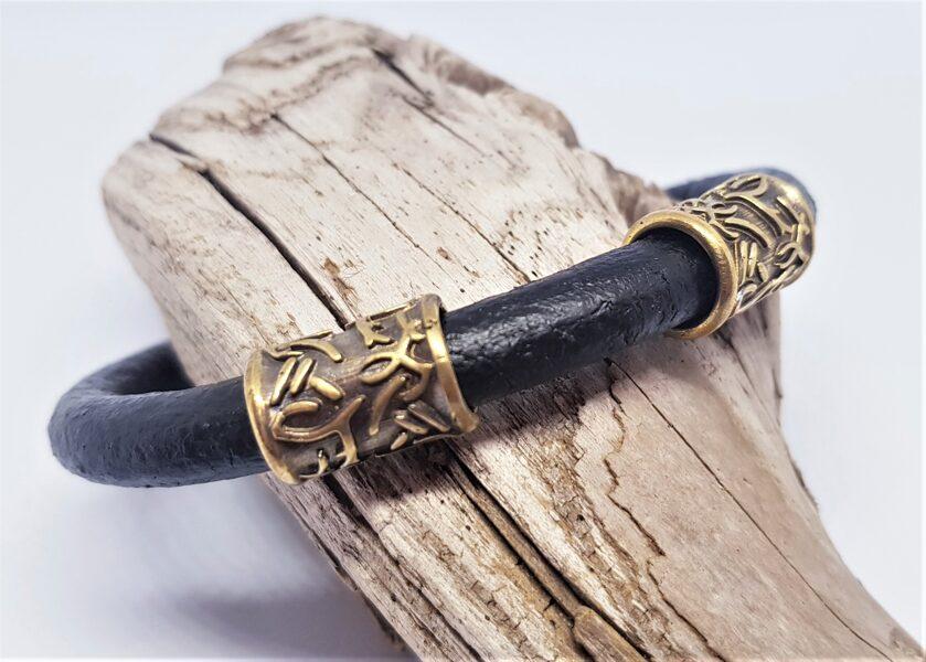 Ādas rokassprādze ar bronzas dekoriem (melna, kods BR_011)