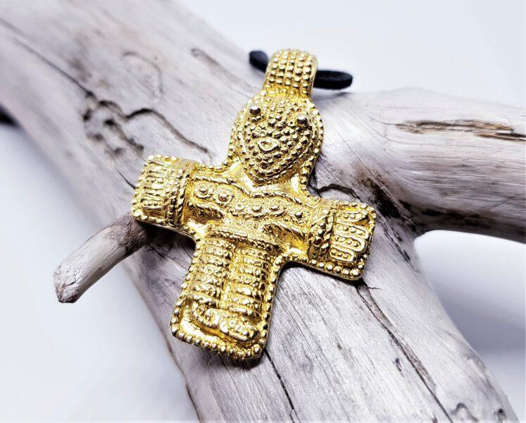 Apzeltīts sudraba krucifiksa kulons