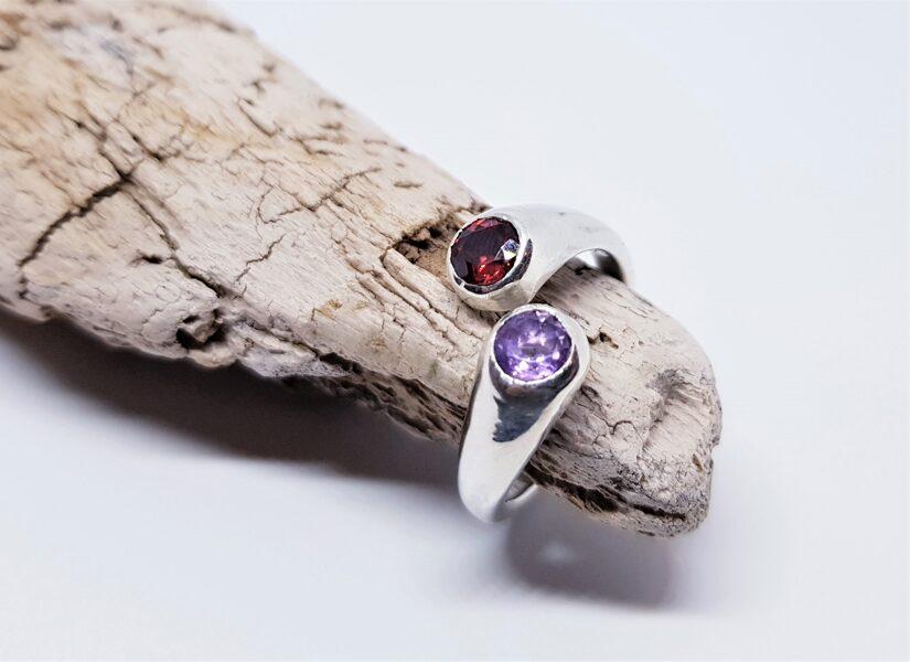 """Sudraba gredzens ar granātu un ametistu """"Dzērvenes un vizbulītes"""""""