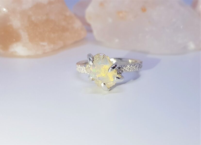 """Sudraba gredzens ar opālu """"Ārpus ierastā"""" (rievots)"""