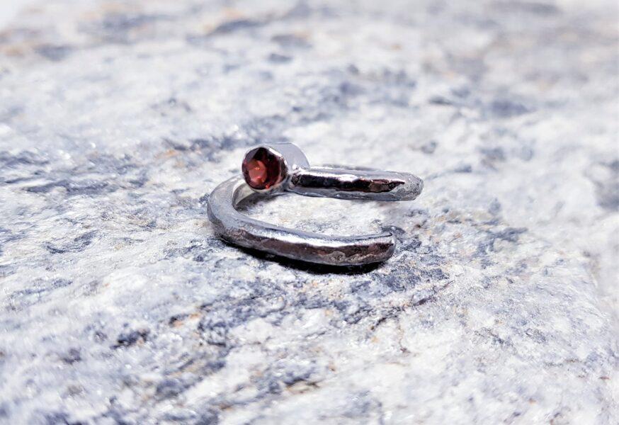"Sudraba gredzens ar granātu ""Purva uguns"""