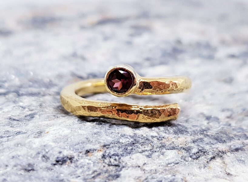 """Apzeltīts gredzens ar granātu """"Purva uguns"""""""