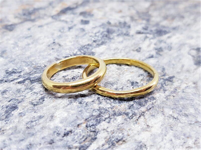 Vienkārši laulību gredzeni pārliecinātam pārim