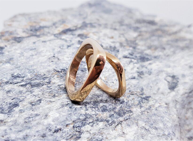Laulību gredzeni pašpārliecinātam pārim